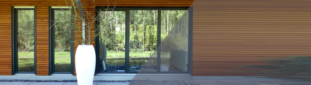 Holzwand mit grauen Fenstern