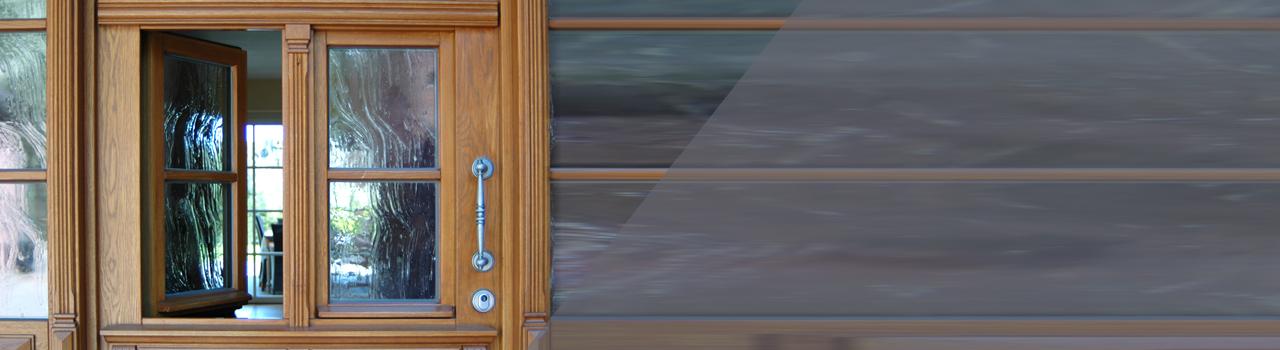 rustikale Haustür mit integriertem Fenster